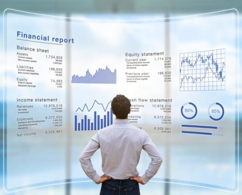 Mann vor Tafel mit Statistiken