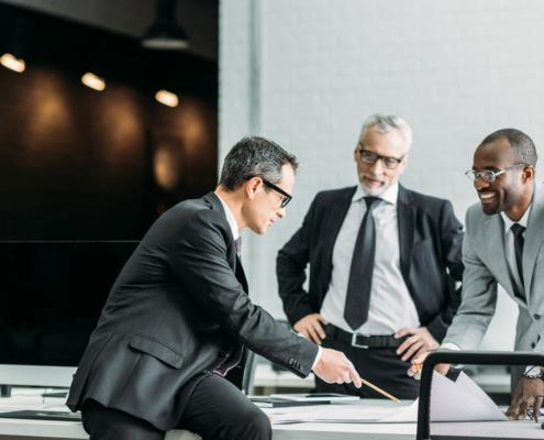 drei Businessmänner bei der Arbeit